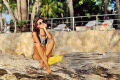 Портрет моды образа жизни молодой стильной женщины внешней Стоковые Изображения