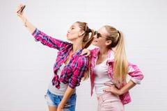 Портрет моды представлять 2 друзей уклад жизни самомоднейший 2 стильных сексуальных лучшего друга девушек битника готового для па Стоковое Изображение RF
