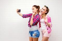 Портрет моды представлять 2 друзей уклад жизни самомоднейший 2 стильных сексуальных лучшего друга девушек битника готового для па Стоковые Фотографии RF