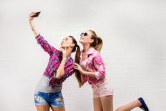 Портрет моды представлять 2 друзей уклад жизни самомоднейший 2 стильных сексуальных лучшего друга девушек битника готового для па Стоковое Изображение