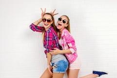 Портрет моды представлять 2 друзей уклад жизни самомоднейший 2 стильных сексуальных лучшего друга девушек битника готового для па Стоковые Изображения RF