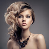 Портрет моды роскошной женщины с ювелирными изделиями. Стоковые Фото