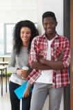 Портрет мужских и женских студентов колледжа в классе стоковые фото