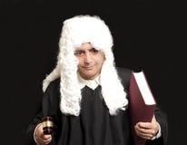 Портрет мужских молотка и книги судьи удерживания юриста на черном ба Стоковое Изображение RF