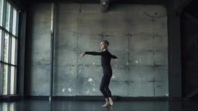 Портрет мужского артиста балета на темной предпосылке танцор закручивает на цыпочках и двигает красиво медленно видеоматериал