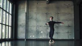 Портрет мужского артиста балета на темной предпосылке танцор закручивает на цыпочках и двигает красиво медленно акции видеоматериалы