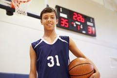 Портрет мужского баскетболиста средней школы Стоковая Фотография RF