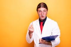Портрет мужского доктора объясняя диагноз к пациенту стоковая фотография rf