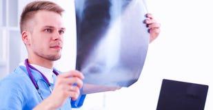 Портрет мужского доктора с позвоночником изображения рентгеновского снимка в медицинском офисе Стоковое Фото