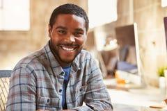 Портрет мужского дизайнера работая на столе в современном офисе Стоковое Изображение