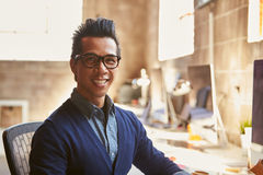 Портрет мужского дизайнера работая на столе в современном офисе Стоковые Фотографии RF