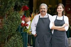Портрет мужского и женского магазина снаружи флориста Стоковое фото RF