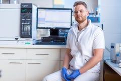 Портрет мужского научного исследования приведения в исполнение исследователя стоковое изображение