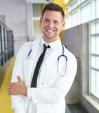 Портрет мужского доктора держа его терпеливую диаграмму в яркой современной больнице Стоковое Изображение RF