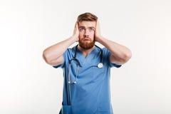 Портрет мужского доктора делая глухой жест путем покрывать уши Стоковое Изображение RF