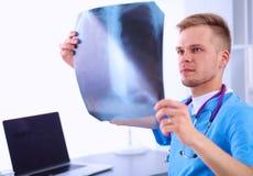 Портрет мужского доктора с позвоночником изображения рентгеновского снимка Стоковые Изображения RF