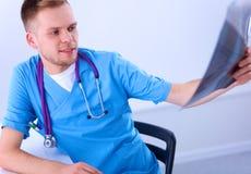 Портрет мужского доктора с позвоночником изображения рентгеновского снимка Стоковое Изображение
