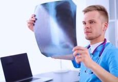 Портрет мужского доктора с позвоночником изображения рентгеновского снимка Стоковое Фото