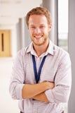 Портрет мужского доктора Standing В Больницы Коридора Стоковая Фотография RF