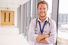 Портрет мужского доктора Standing В Больницы Коридора Стоковая Фотография