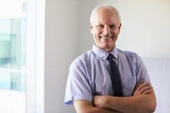 Портрет мужского доктора Standing В Экзамена Комнаты Стоковая Фотография