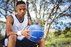 Портрет мужского подростка при шарик сидя на стенде Стоковые Фотографии RF