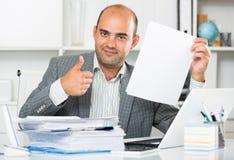 Портрет мужского работника в усаживании офиса стоковое фото rf