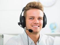 Портрет мужского работника с шлемофоном Стоковое Изображение RF