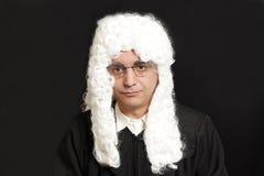 Портрет мужского судьи в парике на черноте Стоковые Фото