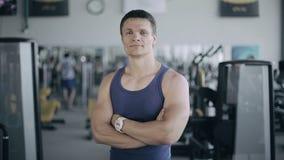 Портрет мужского тренера в спортзале видеоматериал