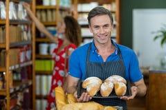 Портрет мужского штата держа поднос хлеба Стоковая Фотография RF