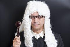Портрет мужского юриста при eyeglasses держа молоток судьи Стоковое Изображение