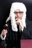 Портрет мужского юриста при eyeglasses держа молоток судьи Стоковая Фотография