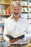 Портрет мужской книги чтения клиента в Bookstore Стоковые Изображения RF
