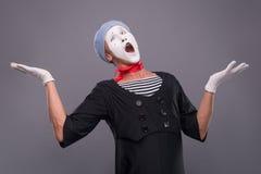 Портрет мужской пантомимы в красной голове и с белизной Стоковые Фото