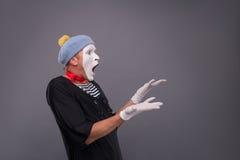 Портрет мужской пантомимы в красной голове и с белизной Стоковое фото RF