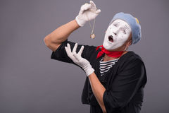 Портрет мужской пантомимы с серой шляпой и белой стороной Стоковое Изображение