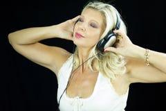 Портрет музыки красивой женщины слушая с наушниками Стоковая Фотография RF