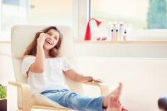 Портрет музыки молодого милого девочка-подростка слушая с moder Стоковая Фотография RF