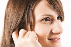 Портрет музыки молодых женщин слушая стоковое изображение