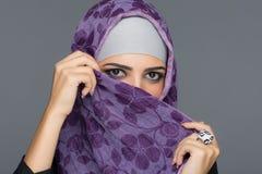Портрет мусульманских женщин в hijab стоковая фотография rf