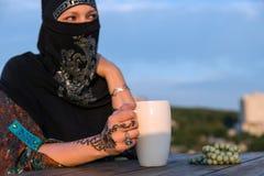 Портрет мусульманской дамы Holding Бел Кружки Стоковая Фотография RF