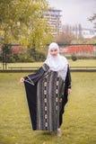 Портрет мусульманской женщины с hijab в tradicional одевает Стоковая Фотография RF