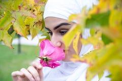 Портрет мусульманской женщины с hijab Стоковые Фотографии RF
