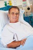Портрет мыжского пациента ослабляя в больничной койке стоковое изображение