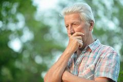 Портрет мысли старшего человека в парке стоковая фотография rf