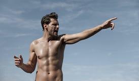 Портрет мышечного человека делая жест победы Стоковое Фото