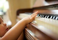 Портрет младенца играя рояль стоковые фотографии rf
