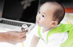 Портрет младенца с стетоскопом в его бабушке стоковые изображения