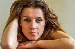 Портрет нагой молодой красивой девушки с длинными волосами Стоковые Фотографии RF